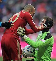 FUSSBALL   1. BUNDESLIGA  SAISON 2011/2012   21. Spieltag FC Bayern Muenchen - 1. FC Kaiserslautern       11.02.2012 Arjen Robben (li, FC Bayern Muenchen) umarmt Kevin Trapp (1. FC Kaiserslautern)