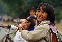Asie/Vietnam/env d'Hanoi/Mao Khe: enfants sur le chemin de l'école - Portrait d'enfant