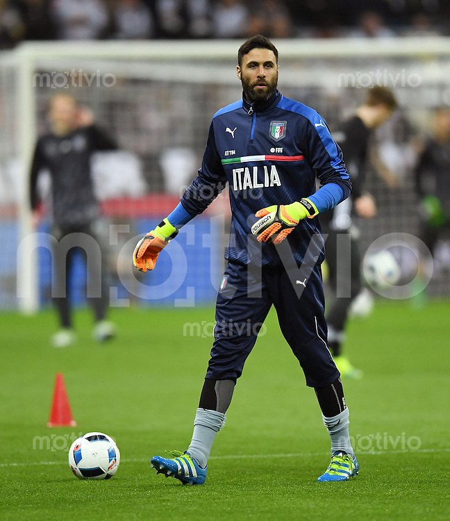FUSSBALL INTERNATIONAL TESTSPIEL in Muenchen in der Allianz Arena Deutschland - Italien    29.03.2016  Torwart Salvatore Sirigu (Italien)