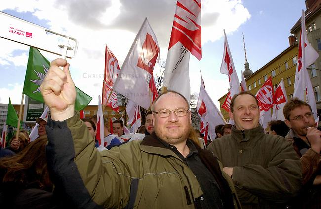 Protest der Gewerkschaft der Polizei, ver.di und GEW anlaesslich der Tarifverhandlungen in Berlin.<br /> Die Gewerkschaften riefen zu einem Warnstreik am Donnerstag den 13. Maerz 2003 in Berlin auf. Gewerkschaftsmitglieder versammelten sich zu einer Kundgebung auf dem Rosa-Luxemburg-Platz in Berlin-Mitte.<br /> An dem Streik beteiligten sich Mitarbeiter von Meldestellen und Buergerbueros, Angestellte im Polizeidienst, der Freien Universitaet und des Oberstufenzentrums Bautechnik I.<br /> 13.3.2003, Berlin<br /> Copyright: Christian-Ditsch.de<br /> [Inhaltsveraendernde Manipulation des Fotos nur nach ausdruecklicher Genehmigung des Fotografen. Vereinbarungen ueber Abtretung von Persoenlichkeitsrechten/Model Release der abgebildeten Person/Personen liegen nicht vor. NO MODEL RELEASE! Nur fuer Redaktionelle Zwecke. Don't publish without copyright Christian-Ditsch.de, Veroeffentlichung nur mit Fotografennennung, sowie gegen Honorar, MwSt. und Beleg. Konto: I N G - D i B a, IBAN DE58500105175400192269, BIC INGDDEFFXXX, Kontakt: post@christian-ditsch.de<br /> Bei der Bearbeitung der Dateiinformationen darf die Urheberkennzeichnung in den EXIF- und  IPTC-Daten nicht entfernt werden, diese sind in digitalen Medien nach &sect;95c UrhG rechtlich geschuetzt. Der Urhebervermerk wird gemaess &sect;13 UrhG verlangt.]