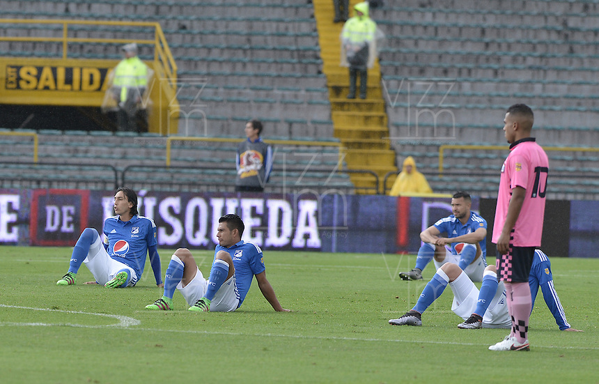 BOGOTA - COLOMBIA -09 -04-2016: Jugadores de Millonarios se sientan en el campo como protesta por los horarios de los encuentros previo al partido entre Millonarios y Boyacá Chicó FC por la fecha 12 de la Liga Águila I 2016 jugado en el estadio Nemesio Camacho El Campín de la ciudad de Bogotá./ Players of Millonarios sit on the grass  as a symbol of protest for th schedule of the games prior the match between Millonarios and Boyaca Chico FC for the date 12 of the Aguila League I 2016 played at Nemesio Camacho El Campin stadium in Bogota city. Photo: VizzorImage / Gabriel Aponte / Staff.
