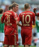 Fussball 1. Bundesliga :  Saison   2012/2013   1. Spieltag  25.08.2012 SpVgg Greuther Fuerth - FC Bayern Muenchen Bastian Schweinsteiger mit Arjen Robben (v.li., FC Bayern Muenchen)