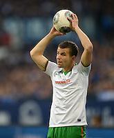 FUSSBALL   1. BUNDESLIGA   SAISON 2013/2014   12. SPIELTAG FC Schalke 04 - SV Werder Bremen                           09.11.2013 Lukas Schmitz (SV Werder Bremen) beim Einwurf