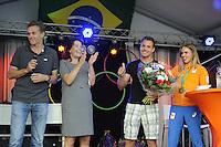 ZEILEN: WARTEN: 27-08-2016, Huldiging Marit Bouwmeester, Marit met broer Roelof en coach Jaap Zielhuis (links), ©foto Martin de Jong