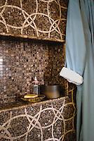 Mosaic pattern Circle Field shower in Travertine White and Emperador Dark