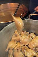 Europe/France/Auvergne/12/Aveyron/Env. de Villefranche-de-Rouergue/Monteils: Jacky Carles cuit les confits de canard dans le chaudron en cuivre - Conserves à la ferme