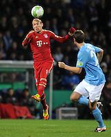 Fussball DFB Pokal:  Saison   2011/2012  Achtelfinale  20.12.2011 VfL Bochum - FC Bayern Muenchen  Arjen Robben (li, FC Bayern Muenchen) gegen Jonas Acquistapace (VfL Bochum)