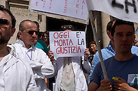 Roma 14 Maggio 2015<br /> Manifestazione del Coordinamento Mondo Medico di fronte al Ministero dell'Istruzione e della Ricerca per richiedere il diritto, alla formazione e al lavoro dei medici laureati e al Governo di investire sulla Sanit&agrave;. <br /> Rome May 14, 2015<br /> Demostration  of the World Medical Coordination  in front of the Ministry of Education and Research to request the right to training and employment of medical graduates and the government to invest in Health Care.