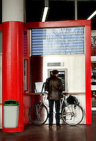 A man withdrawing money from a cash dispenser machine in Geneva (Switzerland, 15/04/2010)