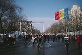Demonstranten sammeln sich vor dem Parlament f&uuml;r eine Demonstration durch das Zentrum der Stadt. Zehntausende demonstrieren gegen die neue Regierung in Chisinau, Republik Moldau. / <br />Protesters gathering in front of parliament for a demonstration through downtown of Chisinau. Tens of thousands protest against the new government in Chisinau, Republic of Moldova.
