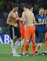 FUSSBALL  EUROPAMEISTERSCHAFT 2012   VORRUNDE Niederlande - Deutschland       13.06.2012 Mario Gomez (li, Deutschland) tausch mit Robin van Persie (re, Niederlande) das Trikot