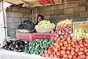 Irak 2000.Kala Diza:Un marchand de légumes.Iraq 2000.Selling vegetables in Kala Diza