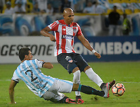 CARTAGENA-COLOMBIA, 17-02-2017. Jhonatan Estrada jugador del Junior disputa el balón con el jugador  Bruno Bianchi  del  Atlético Tucumán  durante encuentro  por la Copa Libertadores de América  disputado en el estadio Jaime  Morón  ./ Jhonatan Estrada player of Junior  fights the ball  agaisnt  Bruno Bianchi of Atletico  Tucuman during match for the date 3 of Copa Libertadores de America played at Jaime Moron stadium . Photo:VizzorImage / Alfonso Cervantes  / Contribuidor