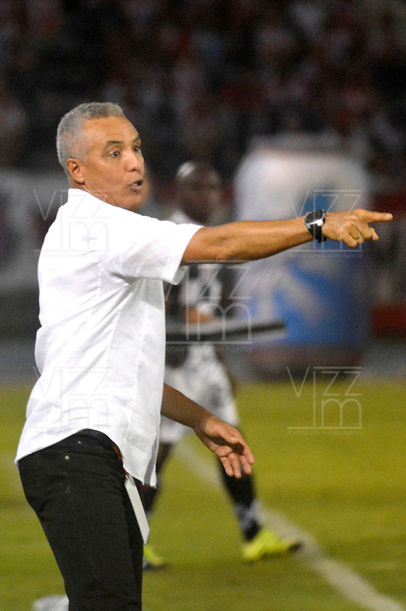 BARRANQUILLA- COLOMBIA -23 -04-2016: Alexis Mendoza, técnico de Atletico Junior durante partido entre Atletico Junior y Boyaca Chico FC, de la fecha 14 de la Liga Aguila I-2016, jugado en el estadio Metropolitano Roberto Melendez de la ciudad de Barranquilla. / Alexis Mendoza, coach of Atletico Junior during a match between Atletico Junior and Boyaca Chico FC, for date 14 of the Liga Aguila I-2016 at the Metropolitano Roberto Melendez Stadium in Barranquilla city, Photo: VizzorImage  / Alfonso Cervantes / Cont.