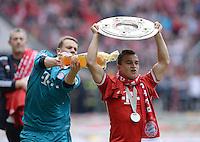 Fussball 1. Bundesliga   Saison  2012/2013   34. Spieltag   FC Bayern Muenchen  - FC Augsburg     11.05.2013 JUBEL; Deutscher Meister 2012/2013 FC Bayern Muenchen Bierdusche; Torwart Manuel Neuer (li) duscht Xherdan Shaqiri mit Schale