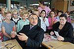 Foto: VidiPhoto<br /> <br /> ANDEL - De Russische predikant Igor Polyantsev samen met zijn vrouw op bezoek bij de reformatorische voetiusschool voor basisonderwijs in Andel. De predikant is te gast bij de stichting Friedensstimme.