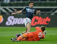 FUSSBALL Nationalmannschaft Freundschaftsspiel:  Deutschland - Argentinien             15.08.2012 Torwart Ron Robert Zieler (li, Deutschland)  foult Jose Sosa (Argentinien)
