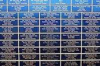Francia Normania Le spiagge dello sbarco alleato, nomi di caduti su un monumento per lo sbarco alleato