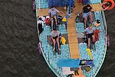 Die PETBurg kurz vor Celakovice / Zwei junge Tschechen haben 6.000 Plastikflaschen gesammelt, um darauf ein Abenteuer zu erleben. Sie haben ein Boot gebaut und fahren damit die Elbe hinunter, bis nach Hamburg.