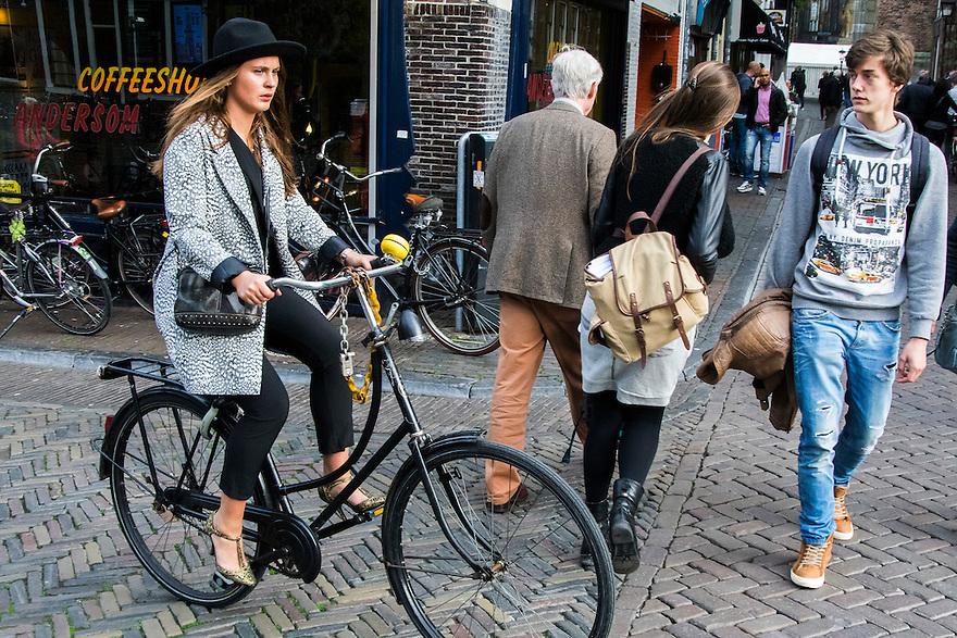 Nederland, Utrecht, 10 okt 2014<br /> Mensen op straat. Kruispunt met fiets en voetgangers. <br /> Foto: (c) Michiel Wijnbergh