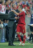 FUSSBALL   CHAMPIONS LEAGUE   SAISON 2011/2012     27.09.2011 FC Bayern Muenchen - Manchester City Trainer Jupp Heynckes (li, FC Bayern Muenchen) umarmt Franck Ribery (FC Bayern Muenchen)