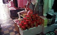 Libyan Arab Jamahiriya   .Tripoli       June 2002.The Medina  Souk Al-Turk .shop traditional .Libia Tripoli  Giugno 2002.La Medina,   Souk Al-Turk .Negozio di cappelli tradizionali.