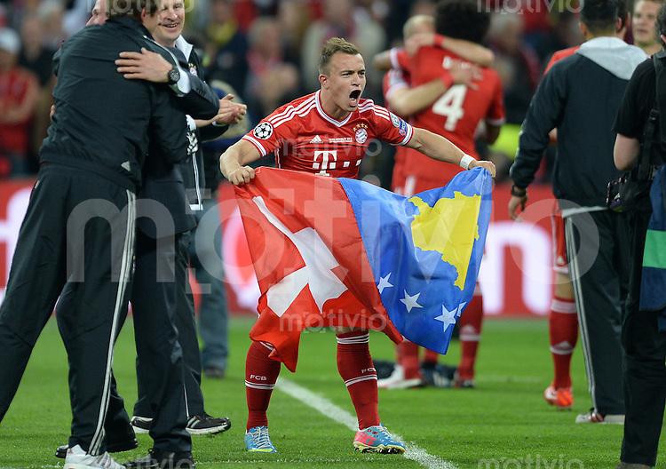 FUSSBALL  CHAMPIONS LEAGUE  SAISON 2012/2013  FINALE  Borussia Dortmund - FC Bayern Muenchen         25.05.2013 Der Champions League Sieger Xherdan Shaqiri (FC Bayern Muenchen) jubelt nach dem Abpfiff mit seinen beiden Landesflaggen