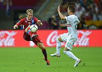 FUSSBALL  EUROPAMEISTERSCHAFT 2012   VIERTELFINALE Tschechien - Portugal              21.06.2012 David Limbersky (li, Tschechische Republik) gegen Joao Pereira (re, Portugal)