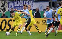 FUSSBALL   DFB POKAL 2. RUNDE   SAISON 2013/2014 TSV 1860 Muenchen - Borussia Dortmund         24.09.2013 Robert Lewandowski (li, Borussia Dortmund) gegen Kai Buelow (2.v.li, 1860 Muenchen) beobachtet von Dominik Stahl (re, 1860 Muenchen)