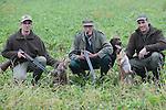 Foto: VidiPhoto<br /> <br /> VALBURG - Vossen het haasje op de eerste dag van het jachtseizoen zaterdag. De 84-jarige Jan Roest uit Valburg in de Betuwe jaagt zaterdag samen met zoon Johan (44) en kleinzoon Bart (19) op kleinwild tussen de bieten bij Valburg in de Betuwe. Zaterdag is het seizoen voor de jacht op klein wild begonnen. Maar in plaats van hazen worden er twee vossen geschoten. Vossen werden volgens Jan vroeger nauwelijks aangetroffen. Nu zijn ze een ware plaag in en voor de omgeving. De roofdieren lopen zelfs 's nachts door het dorp op zoek naar voedsel. En daarom zijn de drie-generatie-jagers -die respectievelijk hun jachtakte haalden in 1967, 1993 en 2015- wonderlijk genoeg zuinig op het wild. Slechts af en toe wordt er maar een haas of konijn geschoten. Veel meer is de jacht nu gericht op beheer, door schadelijk wild als ganzen, kraaien en vossen te bejagen. Er worden door hen zelfs meer vossen dan hazen geschoten tijdens het jachtseizoen.