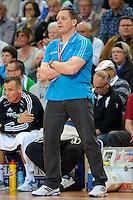 Trainer Alfred Gislason (THW) verfolgt das Spiel von der Seitenlinie