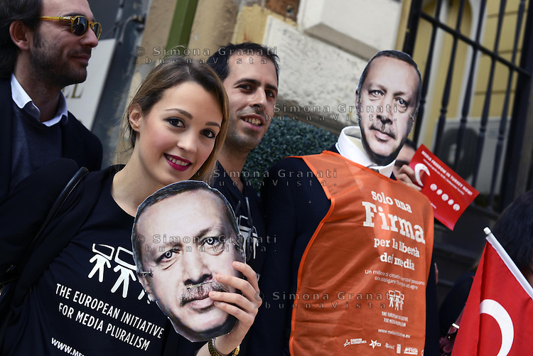 Roma, 8 Aprile 2014<br /> Sit in di protesta davanti l'ambasciata turca per la libert&agrave; di stampa in Turchia e contro il premier Erdogan che impone la censura sui media e social network.<br /> Sit-in protest in front of the Turkish Embassy for the freedom of the press in Turkey, against Prime Minister Erdogan that imposes censorship on the media and social networks.