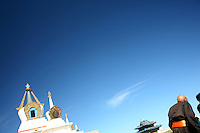 Un monaco di spalle nei pressi di uno stupa,un moine bouddhiste vu d'arrière près d'un stupa, buddhist monk from behind near a stupa