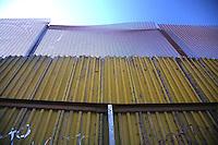 Confine Arizona Messico Il muro che divide Messico e Stati Uniti a Nogales<br /> The Arizona Mexico border wall between Mexico and the United States in Nogales