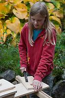 Mädchen baut einen Vogel-Nistkasten aus Brettern, 4. Schritt: Säge-Schnittflächen raspeln und feilen