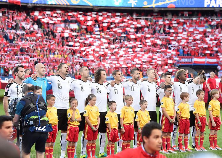 FUSSBALL EURO 2016 GRUPPE F IN PARIS Portugal - Oesterreich      18.06.2016 Die Pieler aus Oesterreich beim Absingen Nationalhymne