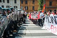 Roma 27 Giugno 2012.Manifestazione  dei sindacati di base  contro la riforma del lavoro e il ministro Fornero..La Guardia di Finanza blocca i manifestanti in via Manzoni
