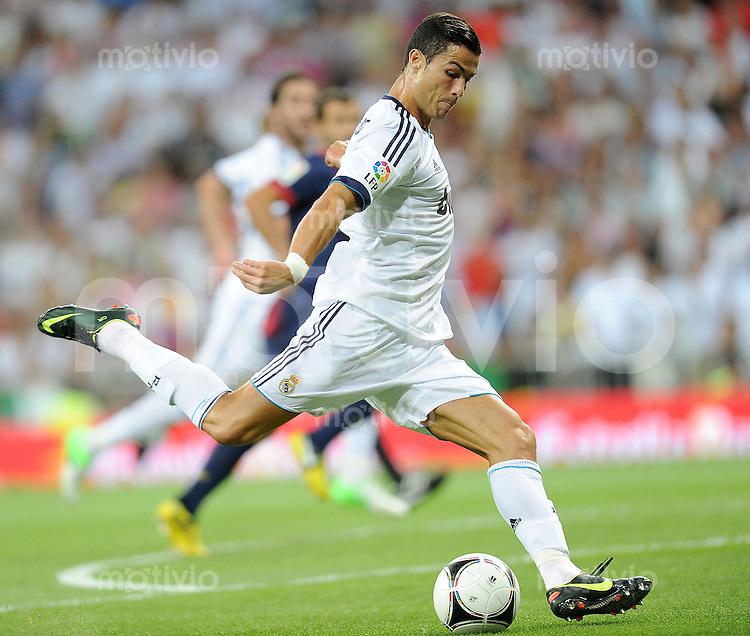 FUSSBALL  INTERNATIONAL  PRIMERA DIVISION  SAISON 2011/2012   29.08.2012 Real Madrid  - FC Barcelona  El Clasico  Super Cup 2012  / Rueckspiel Cristiano Ronaldo (Real Madrid) am Ball