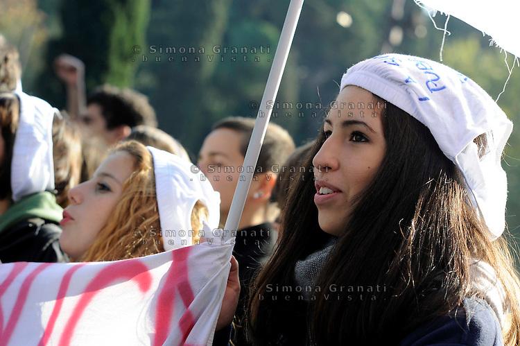 Roma, 29 Ottobre 2010.Manifestazione di studenti e studentesse delle scuole medie superiori contro la riforma Gelmini.il Corteo fino al ministero dell'istruzione MIUR.Protest of students, against the Gelmini Reform.