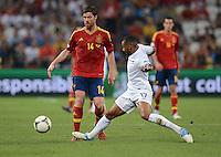 FUSSBALL  EUROPAMEISTERSCHAFT 2012   VIERTELFINALE Spanien - Frankreich      23.06.2012 Xabi Alonso (li, Spanien) gegen Yann M Vila (re, Frankreich)