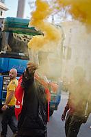 ITA: Un ragazzo stringe tra le mani un fumogeno giallo, Roma 19 Ottobre 2013. Decine di migliaia di persone sono scese in piazza per protestare contro le misure di austerità e tagli di bilancio in Italia. (Foto di Adamo Di Loreto/BuenaVista*photo) ENG: A boy holding a yellow smoke on October 19, 2013 in Rome. Tens of thousands of people took to the streets to protest against the austerity measures and budget cuts in Italy. (Photo credit Adamo Di Loreto/BuenaVista*photo)