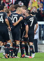 FUSSBALL   CHAMPIONS LEAGUE   SAISON 2012/2013   GRUPPENPHASE   FC Bayern Muenchen - FC Valencia                            19.09.2012 Franck Ribery (re, FC Bayern Muenchen) fasst sich beim Jubelkreis nach dem Tor zum 1-0 an den Oberschenkel
