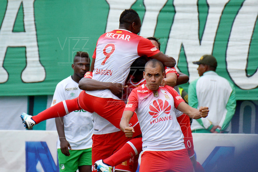 CALI -COLOMBIA-11-04-2016. Luis Manuel Seijas (Izq) jugador de Independiente Santa Fe celebra con sus compañeros después de anotar un gol a Deportivo Cali durante partido por la fecha 12 de la Liga Aguila I 2016 jugado en el estadio Palmaseca de la ciudad de Palmira./ Luis Manuel Seijas (L) player of Independiente Santa Fe celebrates with his teammates after scoring a goal to Deportivo Cali during match for the date 12 of the Aguila League I 2016 played at Palmaseca stadium in Palmira city. Photo: VizzorImage/ NR / Cont
