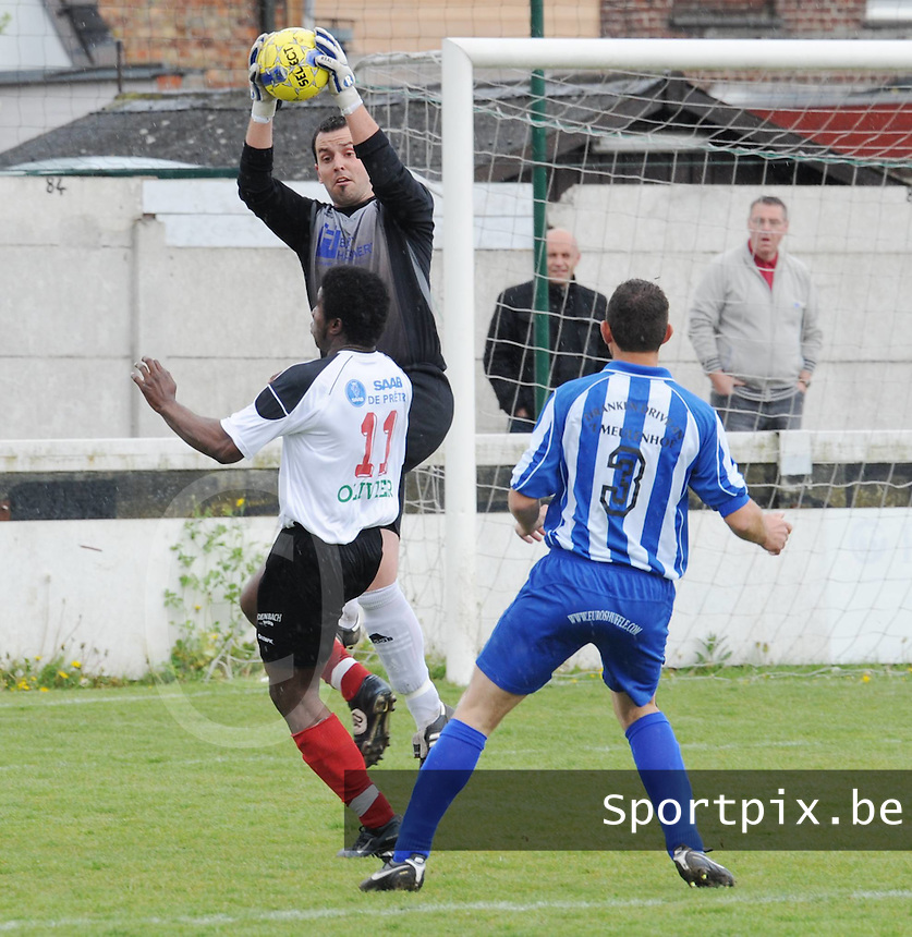 Club Roeselare - Excelsior Zedelgem :..doelman Roy Degrande klimt hoger dan Yves N'Gabu (links)..foto VDB / BART VANDENBROUCKE