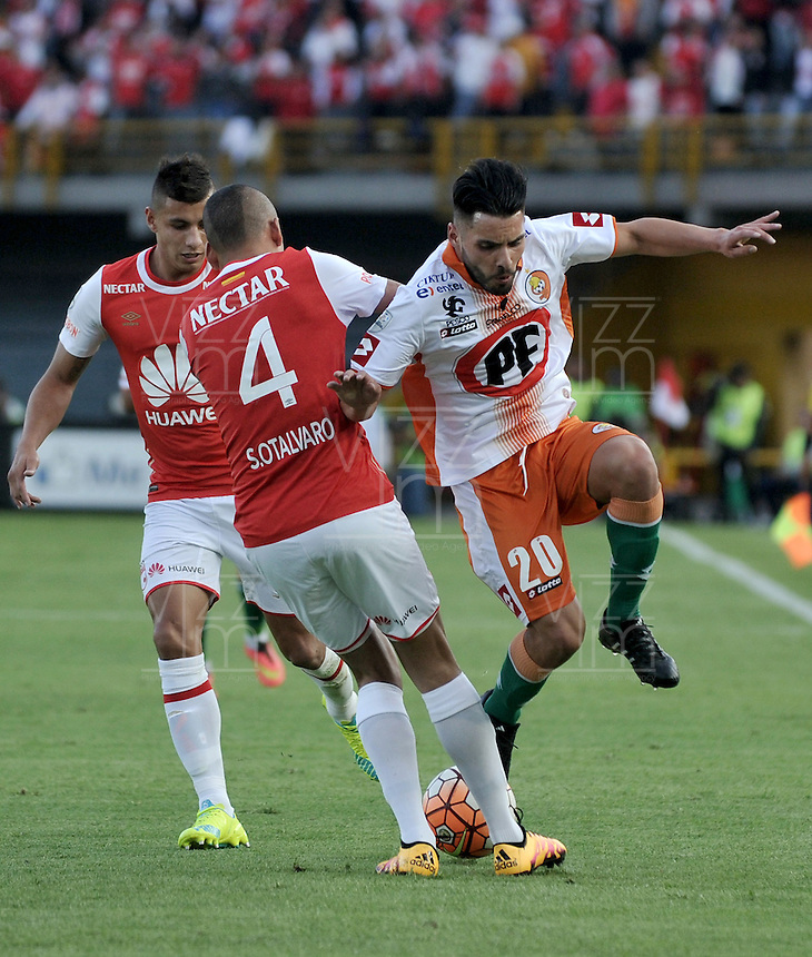 BOGOTA- COLOMBIA – 15-03-2016: Sergio Otalvaro (Izq.) jugador de Independiente Santa Fe de Colombia, disputa el balon con Nelson Sepulveda (Der.) jugador de Cobresal de Chile, durante partido entre Independiente Santa Fe de Colombia y Cobresal de Chile, por la segunda fase de la Copa Bridgestone Libertadores en el estadio Nemesio Camacho El Campin, de la ciudad de Bogota. / Sergio Otalvaro (L) player of Independiente Santa Fe of Colombia, figths for the ball with Nelson Sepulveda (R) player of Cobresal of Chile, during a match between Independiente Santa Fe of Colombia and Cobresal of Chile, for the second phase, of the Copa Bridgestone Libertadores in the Nemesio Camacho El Campin in Bogota city. VizzorImage / Luis Ramirez / Staff
