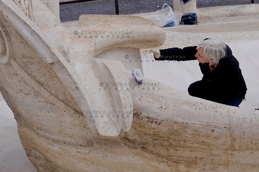 Roma 20 Febbraio 2015<br /> La fontana della Barcaccia a Piazza di Spagna danneggiata dai tifosi del Feyenoord.  Gli archeologi  della sovrintendenza ai Beni Culturali di Roma, hanno riscontrato &laquo;danni permanenti&raquo; alla fontana seicentesca. Tecnici al lavoro sulla fontana della Barcaccia <br /> Rome February 20, 2015<br /> The Fountain of Barcaccia in Piazza di Spagna damaged by fans of Feyenoord. Archaeologists of the superintendent of Cultural Heritage of Rome, found &quot;permanent damage&quot; to the seventeenth-century fountain. Technicians working on Fountain of Barcaccia