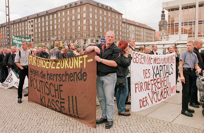 300 Anhaenger und Sympathiesanten der rechtsextremen Nationaldemokratischen Partei Deutschland (NPD) demonstrierten unter starkem Polizeischutz in Dresden unter dem Motto: &quot;Gegen die Ausbeutung Deutschlands&quot;. Aufgerufen zu dieser Demonstration im Rahmen einer sogenannten &quot;Nationalen Aktionswoche&quot; hatte der NPD-Landesverband Sachsen. Es war bereits die sechste rechtsextreme Demonstration in Dresden seit Jahresbeginn.<br /> 15.7.2000, Dresden<br /> Copyright: Christian-Ditsch.de<br /> [Inhaltsveraendernde Manipulation des Fotos nur nach ausdruecklicher Genehmigung des Fotografen. Vereinbarungen ueber Abtretung von Persoenlichkeitsrechten/Model Release der abgebildeten Person/Personen liegen nicht vor. NO MODEL RELEASE! Nur fuer Redaktionelle Zwecke. Don't publish without copyright Christian-Ditsch.de, Veroeffentlichung nur mit Fotografennennung, sowie gegen Honorar, MwSt. und Beleg. Konto: I N G - D i B a, IBAN DE58500105175400192269, BIC INGDDEFFXXX, Kontakt: post@christian-ditsch.de<br /> Bei der Bearbeitung der Dateiinformationen darf die Urheberkennzeichnung in den EXIF- und  IPTC-Daten nicht entfernt werden, diese sind in digitalen Medien nach &sect;95c UrhG rechtlich gesch&uuml;tzt. Der Urhebervermerk wird gemaess &sect;13 UrhG verlangt.]