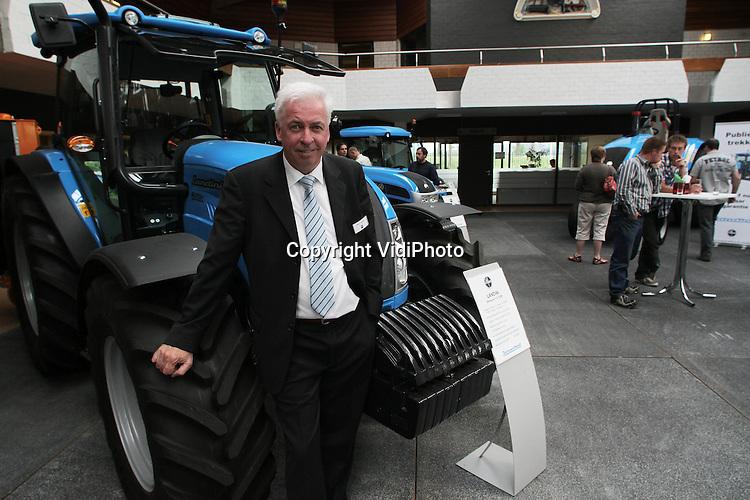Foto: VidiPhoto..NIJMEGEN - Directeur Geert Jaspers van tractorimporteur Louis Nagel in Nijmegen in zijn bedrijf tijdens een dag voor genodigden..