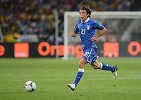 FUSSBALL  EUROPAMEISTERSCHAFT 2012   VIERTELFINALE England - Italien                     24.06.2012 Andrea Pirlo (Italien) Einzelaktion am Ball