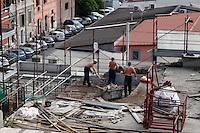 Roma 19 Maggio 2006.Operai al lavoro in un cantiere edile.Workers  in a building yard.